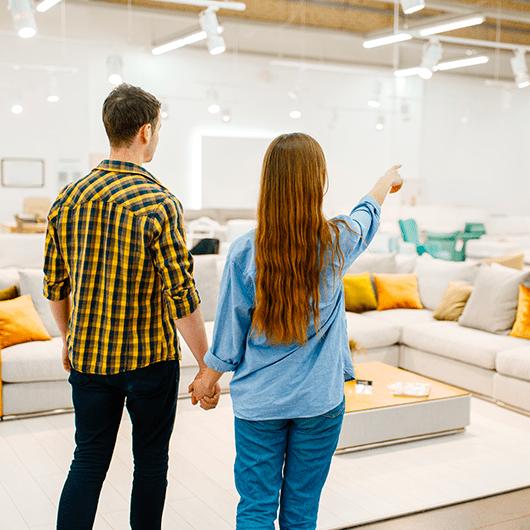 Imagen de dos personas que representa el consumidor del sector del mueble