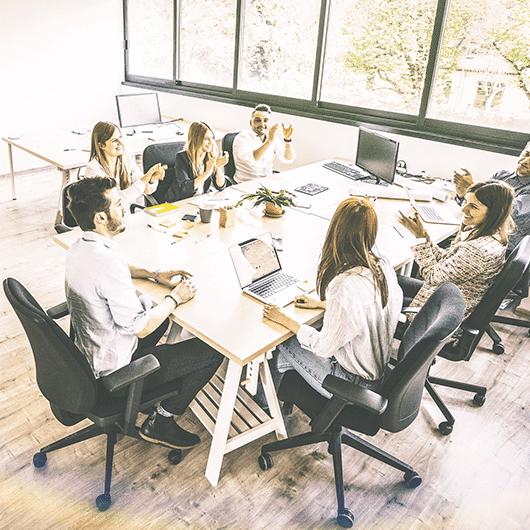 Imagen que representa un equipo y cómo implementar la transformación digital en su empresa