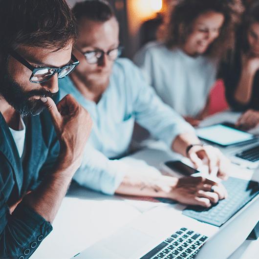 Imagen que representa a personas trabajando en la transformación digital de su empresas